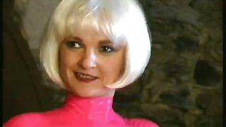Flexible blonde Janine