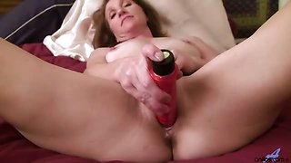 Sexy mature milf rubs and vibrates herself to extreme