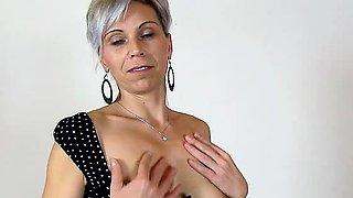 Amateur mom Beate wears fishnet stockings during facesitting
