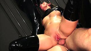 GERMAN LATEX FETISH BITCH IN EXTREM ANAL SEX MMF THREESOME