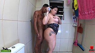 Gozando dentro do cuzinho da Soraya carioca sem camisinha no banheiro