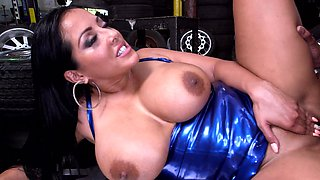 Milf gets naked in the garage so the mechanic could stick it inside
